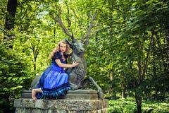 Dirndl романтичной девушки нося Стоковая Фотография