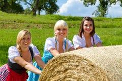 Τρία κορίτσια σε Dirndl Στοκ Φωτογραφία