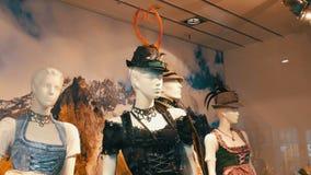 Dirndl bavarese nazionale dei costumi delle belle varie donne sulla finestra del negozio stock footage