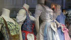 Dirndl bavarese nazionale dei costumi delle belle varie donne sulla finestra del negozio video d archivio
