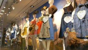 Dirndl bavarese nazionale dei costumi delle belle varie donne sulla finestra del negozio archivi video