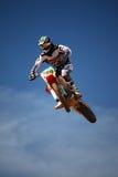 Dirtbike di motocross nell'aria Immagine Stock