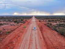 Dirtroad som kör i den australiska vildmarken royaltyfri bild