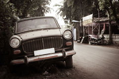 Dirty abandoned old -fashioned car Royalty Free Stock Photography