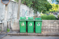 Dirty green litter bin Royalty Free Stock Photos