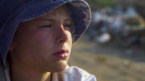 Dirty vänd mot pojke som långt borta ser i förrådsplats