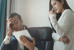 Disaapointed szefa business manager patrzeje pastylki niepowodzenia obraz royalty free