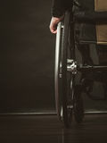 Disabile che si siede sulla sedia a rotelle fotografie stock libere da diritti