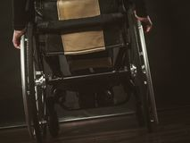Disabile che si siede sulla sedia a rotelle immagine stock libera da diritti