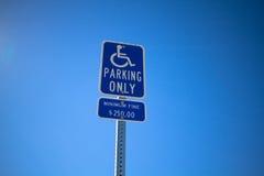 Disabile parcheggiando soltanto segno Immagini Stock Libere da Diritti