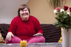 Behinderte Frau erlebt Musik und freut sich Royalty Free Stock Photos