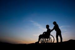 Disableman och hjälpsjuksköterska Arkivbild