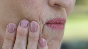Disagio pensionato in bocca, infiammazione delle gomme, periodontitis di sensibilità di signora video d archivio