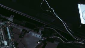 Disassembled beschädigte den Laptop, der Schuss schiebt stock footage