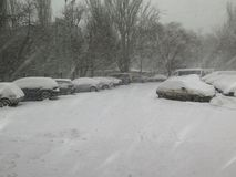 Disastri naturali nuvolosi inverno, bufera di neve, strade dell'automobile della città paralizzate forte nevicata, crollo Ciclone immagine stock libera da diritti