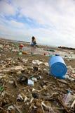 Disastro della sporcizia dello scarico sulla spiaggia fotografie stock