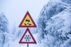 Disastro naturale: la strada pericolosa e ghiacciata con nevischio ha coperto gli alberi immagine stock