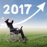 Disattivi l'uomo con il numero 2017 e la freccia Immagine Stock