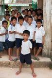 Discípulos de la escuela primaria en el pueblo Imagen de archivo