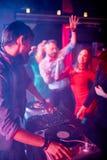 Disc-jockey à la disco photo libre de droits