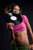 Disc-jockey attirant dans des écouteurs mordant le vinyle photographie stock libre de droits