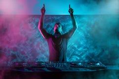 Disc jockey carismatico alla piattaforma girevole Giochi del DJ sul meglio, Fotografia Stock Libera da Diritti