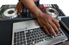 Disc jockey de DJ de la música en el trabajo Foto de archivo