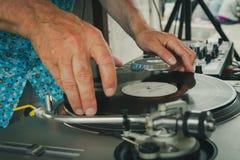 Disc-jockey de regard de cru avec du vinyle dans des mains photographie stock libre de droits
