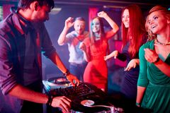 Disc-jockey et jolis danseurs images stock