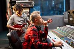 Disc-jockey par radio dans le studio image libre de droits