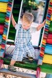 Discende il ragazzo del bambino al campo da giuoco Fotografie Stock