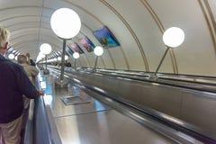 Discendendo nella stazione della metropolitana Immagini Stock Libere da Diritti