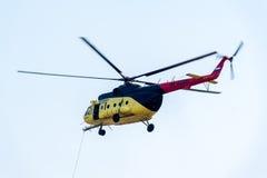 Discesa della barella vuota dall'elicottero MI-8 Fotografie Stock Libere da Diritti