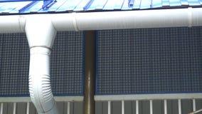 Discesa di colata bianca sui precedenti della parete blu video d archivio
