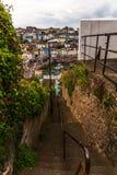 Discesa sulle scale di pietra dalla collina nel litorale, in Th Fotografia Stock Libera da Diritti