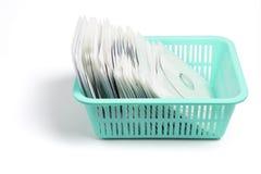 Dischi compatti in cestino di plastica Fotografia Stock Libera da Diritti