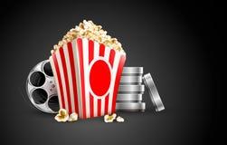 Dischi con la bobina ed il popcorn di nastro del film Immagine Stock