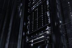 Dischi di memoria a dischi di serie dell'elaboratore centrale nel centro dati Immagine Stock