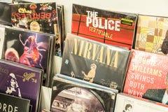 Dischi di vinile che caratterizzano musica rock famosa da vendere Fotografie Stock