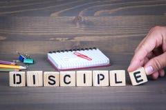 Disciple des lettres en bois sur le fond en bois photo stock