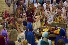 Disciples de Krishna de lièvres dans un temple images libres de droits