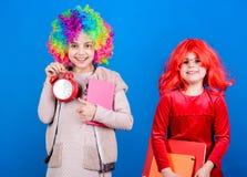 Disciplin- och tidbegrepp Cirkusskolutbildning Tid som har gyckel För perukclown för ungar färgrikt lockigt larm för håll för sti royaltyfri foto