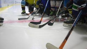 A disciplina na pista de gelo, treinador de hóquei na prática ensina o plano aos jogadores de equipe das crianças vídeos de arquivo
