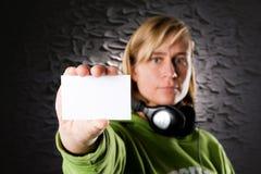Discjockey con la tarjeta de visita Imagen de archivo libre de regalías