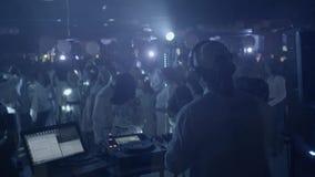 discjockey i nattklubb stock video