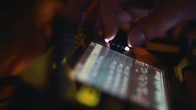 discjockey på styrningen i en nattklubb lager videofilmer