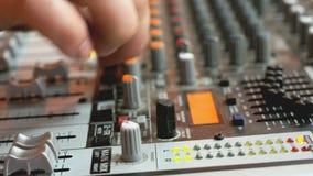 discjockey som arbetar på en audiomixer på en nattklubb lager videofilmer