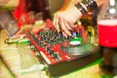 discjockey som blandar musik på konsolen på nattklubben Royaltyfria Bilder