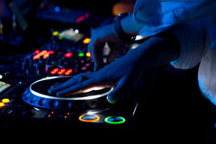 discjockey som blandar och skrapar musik på en konsert Royaltyfri Fotografi