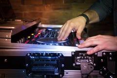 discjockey som fungerar soundboard eller blandar konsolbruk i solid inspelning och reproduktion royaltyfria bilder